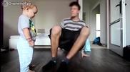 Баща учи малкия си син да играе брейк