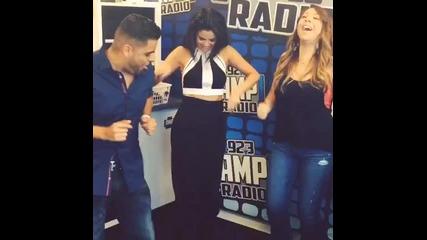 Селена танцува с водещите на радио 923amp