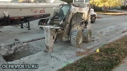 """Ето как майстори багеристи с """" Bobcat """" работят на строителен участък от пътното платно!"""