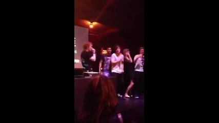 Хари и Ед си правят караоке, а Луи и Найл танцуват