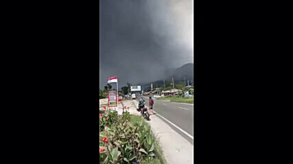 Indonesia: Smoke and ash spew forth as Mount Sinabung erupts in North Sumatra