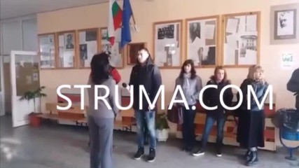 Родители на третокласници осъмнаха на протест пред 7-мо СОУ в Благоевград