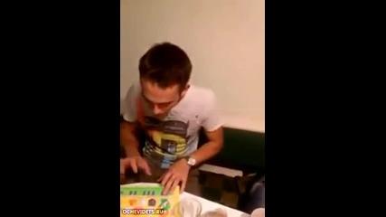 Руски Dj миксира на детско пиано