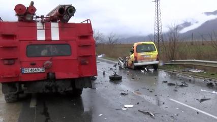 Тежка катастрофа между автобус и кола взе жертва