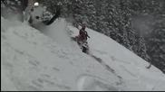 Каране на моторни шейни в дълбок сняг