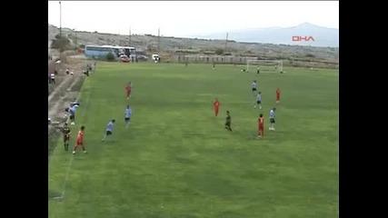Съдия скача на футболист