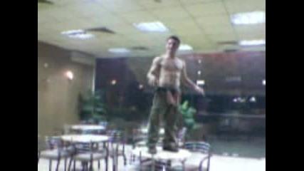 Пич Танцува Гол Върху  Маса