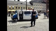 Шведски полицай танцува на улицата