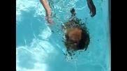 Сладкото чау-чау Ная се учи да плува!