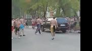 Смел човек прогонва тълпа