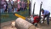 Мощна моторна резачка реже голям дънер като салам!
