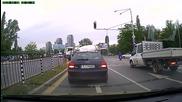 Безсмъртен с мотопед минава на червено (метростанция Г. М. Димитров)