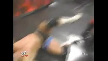 Кейн прави задушаващо тръшване на брат си