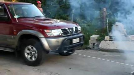 Камион играчка дърпа кола