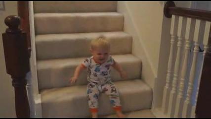 Сладко бебе слиза по стълбите