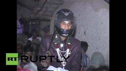 Мъж в Индия се жени с каска заради опасност да хвърлят камъни по него