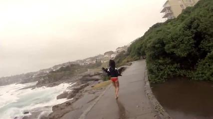 Гръм за малко да удари момиче на плажа! Вижте реакцията на приятеля й