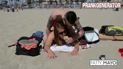 Момче прави секси масаж на момичета на плажа ...
