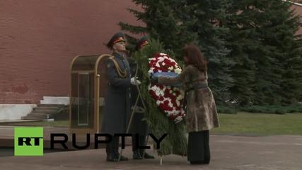 Русия: Kirchner полага венец на гроба на Незнания войн в Москва