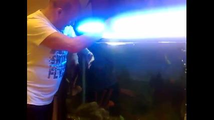 Руснак гали дресирана риба в аквариума си като куче