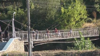 Жестоки мерки за сигурност в Своге, по петима фена минават моста над Искър