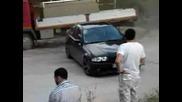 Bmw минава на милиметри от камион с помощта на дрифт