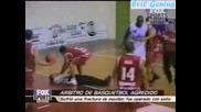Баскетболист забива много мощен юмрук на съдията!