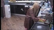 Кристина прави кафе на Луна