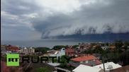 """Облак """"цунами"""" доближава като валяк брега"""