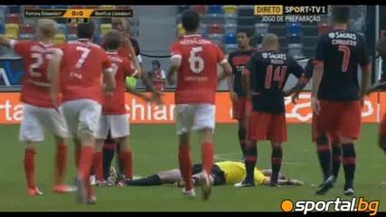 Удар срещу рефера прекъсна контролата Бенфика - Дюселдорф (11.08.2012)
