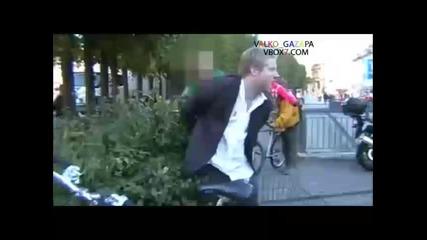 Пиян се опитва да сплаши полицай с...