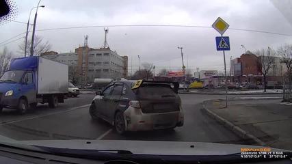 Ние трябва да си помагат един на друг - Шофьор блокира пътя, за да премине майка с детето си!