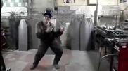Заварчик танцува страхотно на песен на Майкъл Джексън