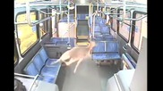 Автобусен шофьор реагира адекватно при този неизбежен сблъсък!