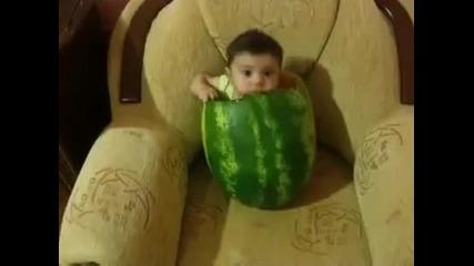 Бебе в диня - смях :d