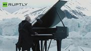 Пианистът Лудовико Ейнауди изпълнява Бялата елегия в Арктическия океан