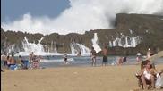 Огромни вълни на плажа в Пуерто Рико