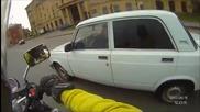 Тъп моторист хвърчи из улиците, а накрая друг му е виновен!!!
