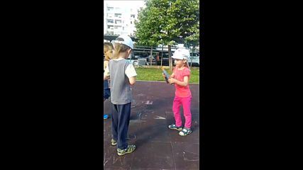 Нунчаку демонстрация на детската площадка :)