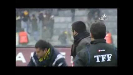 Треньорът на Анкарагюджю нокаутира фен на тима