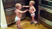 Сладки бебета се карат