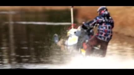Екстремно каране с моторна шейна по течението на река