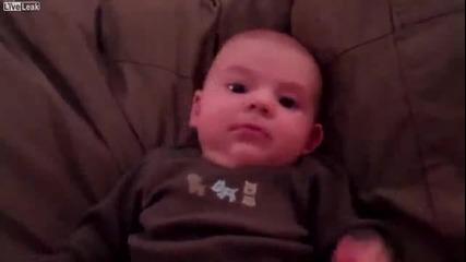 Бебенце и неговата реакция на хъркане