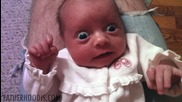 Бебе се пули много смешно