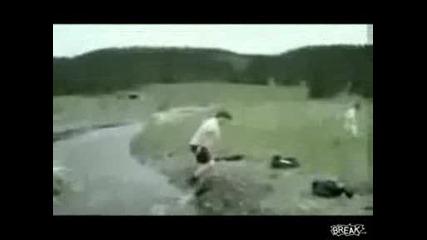 Ето Така Не Трябва Да Прескачате Река