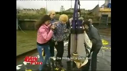(смях) Човек се насира след като скача от голяма височина с бънджи (смях)