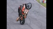 Моторист показва как се прави шоу на две колела.