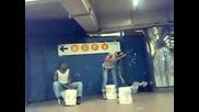 Уличен Музикант Свири Страхотно На Кофи