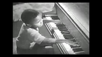 Хлапе Свири На Пиано