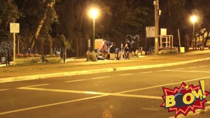 Откачено! Вижте реакциите на случайни минувачи, когато полиция започне да ги атакува с автомат!